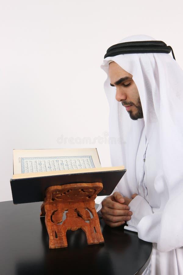 арабское чтение quran человека стоковые фото