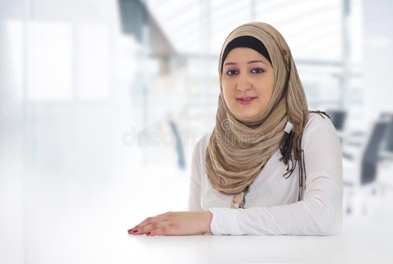 Аравийская женщина дела представляя в офисе стоковые изображения rf