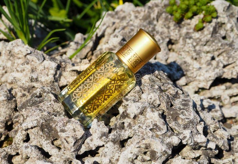 Аравийские благоухания дух эфирного масла oud или масла agarwood в мини бутылке стоковые изображения rf