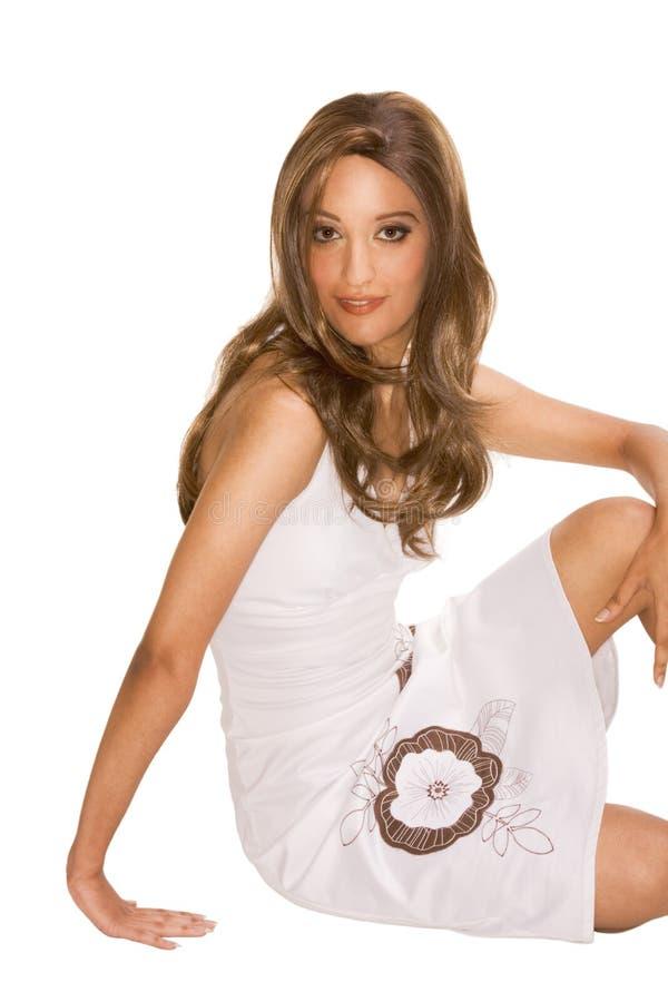 аравийские привлекательные нося детеныши женщины парика стоковое фото rf