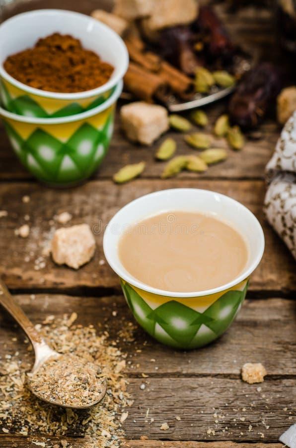 Аравийский кофе с семенами cardamon - традиционный кофе Деревянная предпосылка Селективный фокус стоковое фото rf