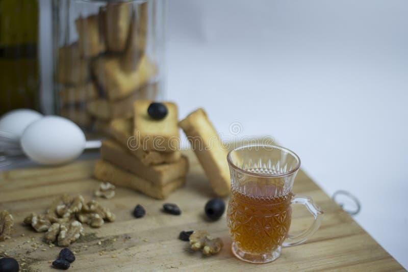 Аравийское среднеземноморское яйцо пищевого ингредиента, teac, печенье сухаря, черные оливки, грецкий орех, zaatar, тимиан, изюми стоковые изображения rf