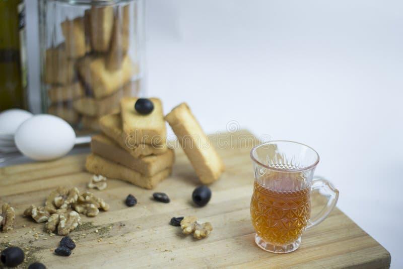 Аравийское среднеземноморское яйцо пищевого ингредиента, teac, печенье сухаря, черные оливки, грецкий орех, zaatar, тимиан, изюми стоковое изображение rf
