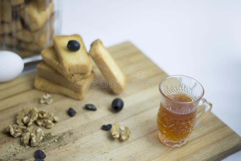 Аравийское среднеземноморское яйцо пищевого ингредиента, teac, печенье сухаря, черные оливки, грецкий орех, zaatar, тимиан, изюми стоковая фотография rf