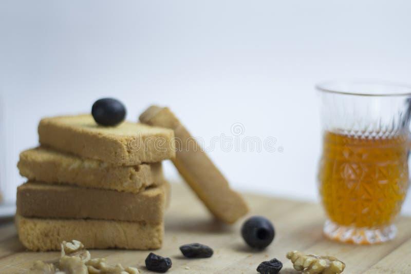 Аравийское среднеземноморское яйцо пищевого ингредиента, teac, печенье сухаря, черные оливки, грецкий орех, zaatar, тимиан, изюми стоковая фотография