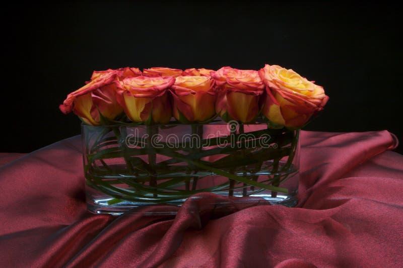 аранжированная красивейшая самомоднейшая ваза роз стоковая фотография rf