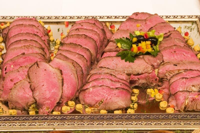 аранжированные инициалы v зажаренный в духовке мясом стоковые изображения rf