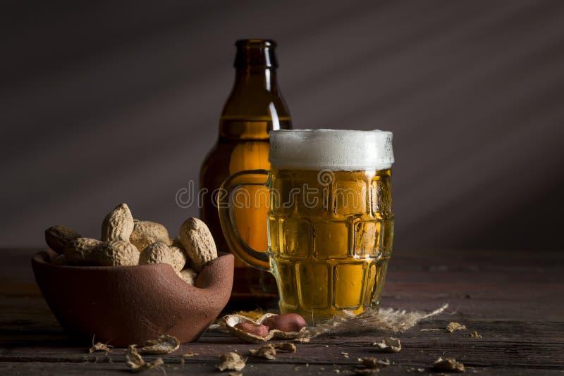 Арахисы и пиво стоковое изображение