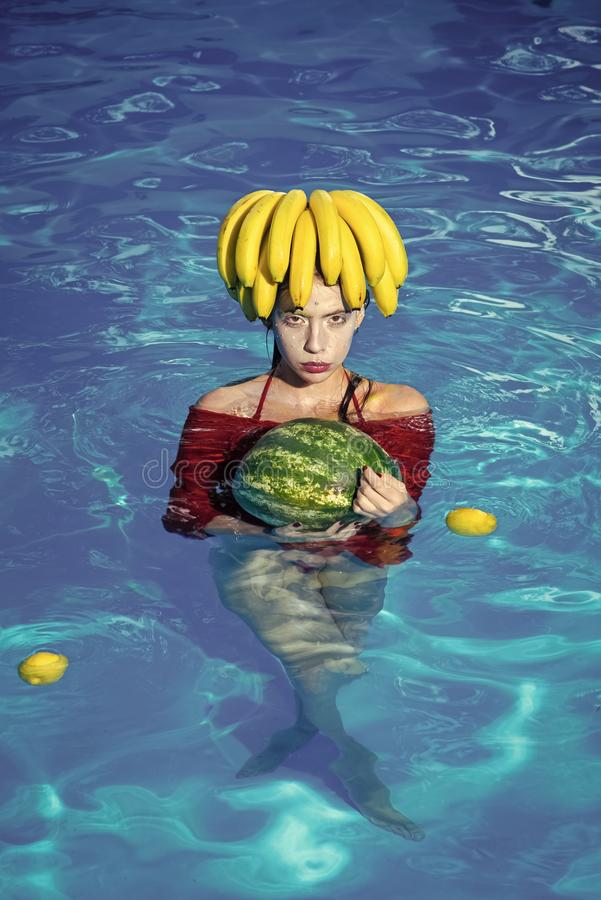 Арбуз владением девушки в курортном отеле бассейна - пробующ тропические свежие фрукты - летние каникулы стоковые изображения rf