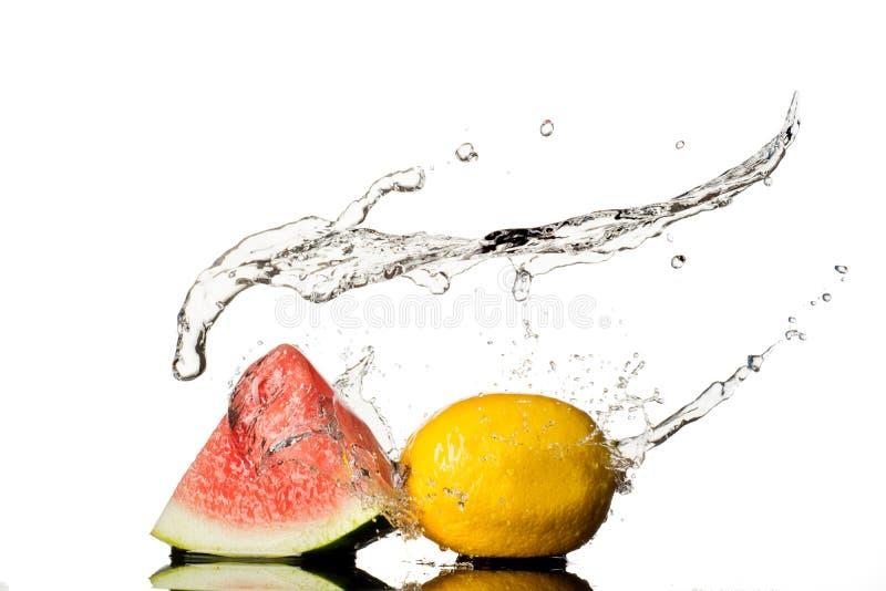 Арбуз с лимоном, выплеском воды изолированным на белой предпосылке стоковые изображения rf