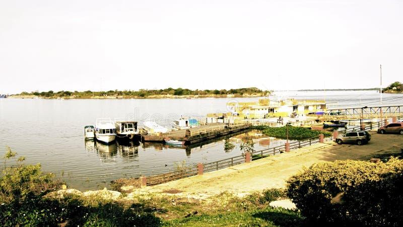 Аргентина и Парагвай, братья отделились рекой стоковое изображение