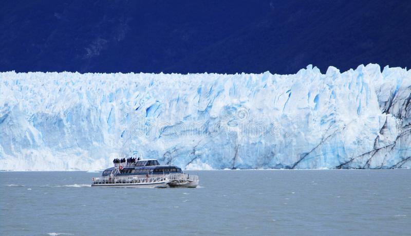 Аргентинское путешествие катамарана озера около ледника Perito Moreno стоковая фотография rf