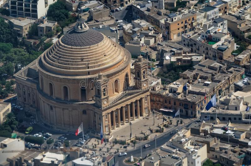 Ареальный взгляд над ротондой Mosta - приходской церковью предположения стоковое фото rf