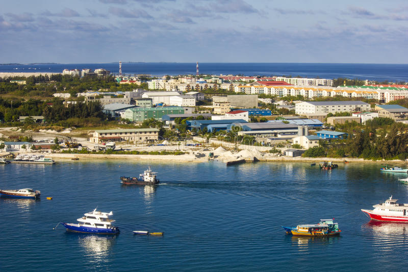 Ареальный взгляд мужчины и авиапорта Trans мальдивского стоковые фото
