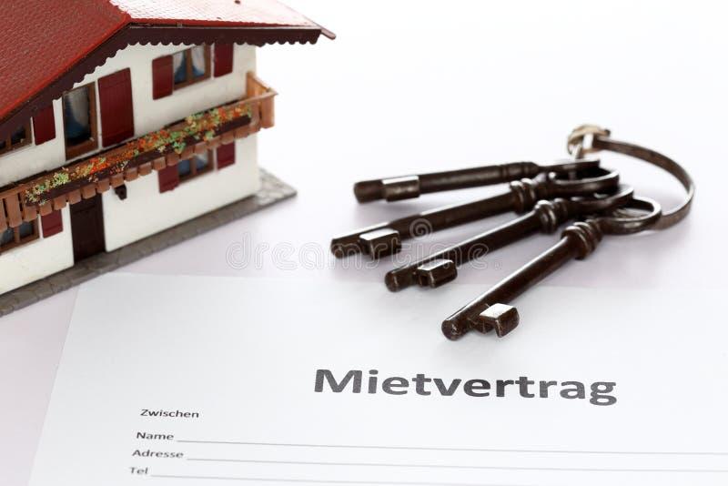 Арендный договор с ключами и домом стоковое изображение rf