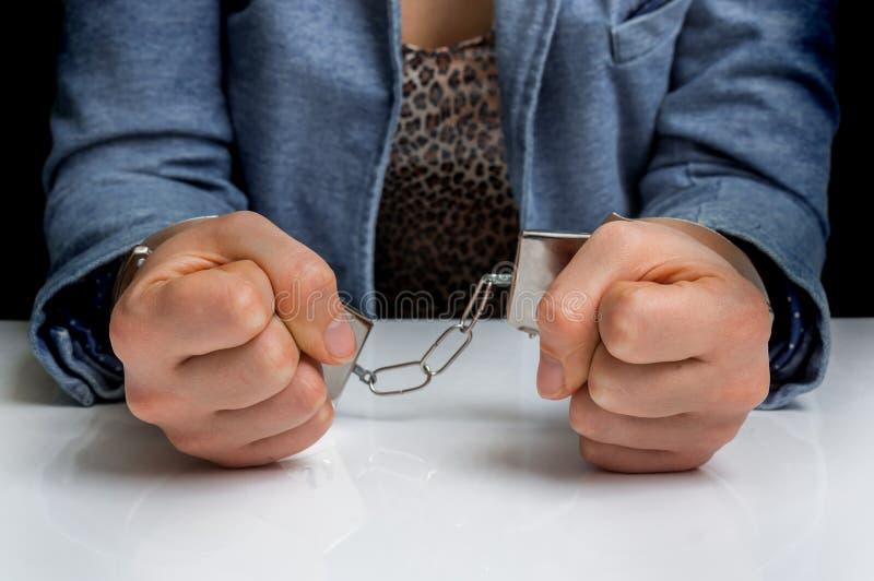 Арестованная женщина с наручниками стоковые изображения