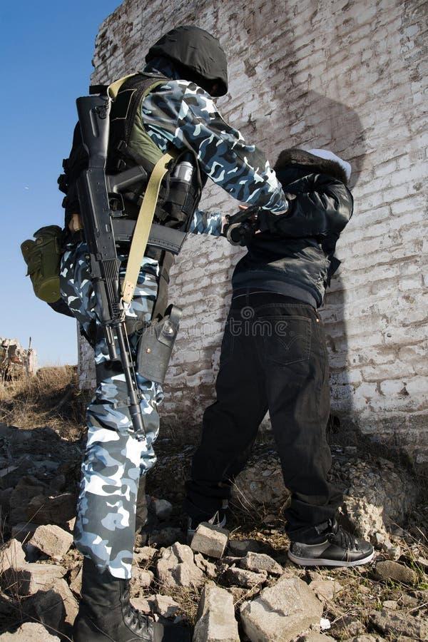 арестовывать уголовный офицер армии стоковое изображение rf