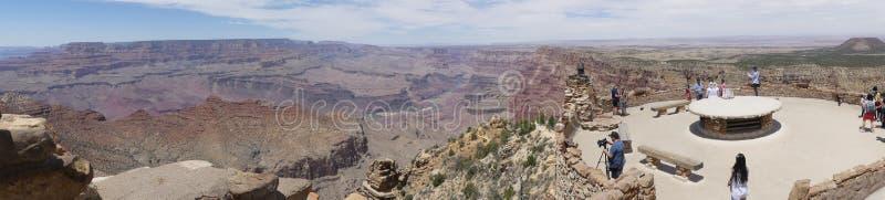 Аризона, гранд-каньон, взгляд a гранд-каньона с людьми на обозревать стоковые фото