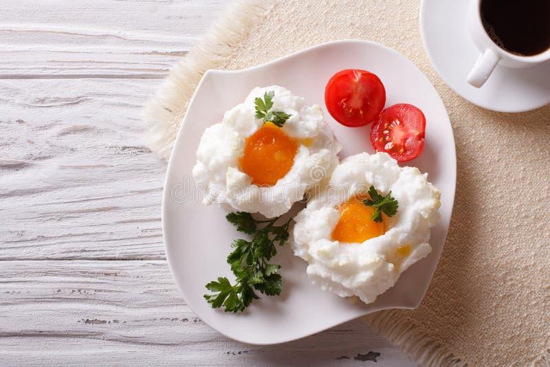 Аристократ завтрака: яичка Orsini и верхняя часть кофе горизонтальная соперничают стоковые изображения
