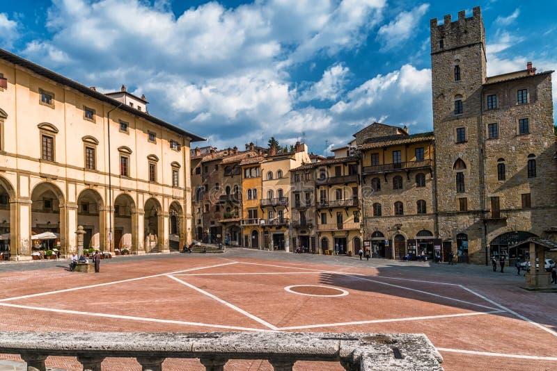 Аркада большая в центре Ареццо, Тосканы, Италии стоковые фотографии rf