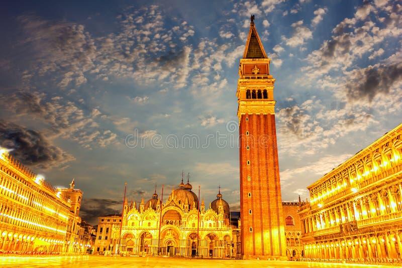 Аркада Сан Marco в Венеции, выравнивая взгляд в светах стоковая фотография rf