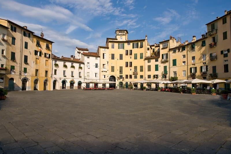 Аркада Anfiteatro в старом городке Лукки - Тосканы, Италии стоковые изображения