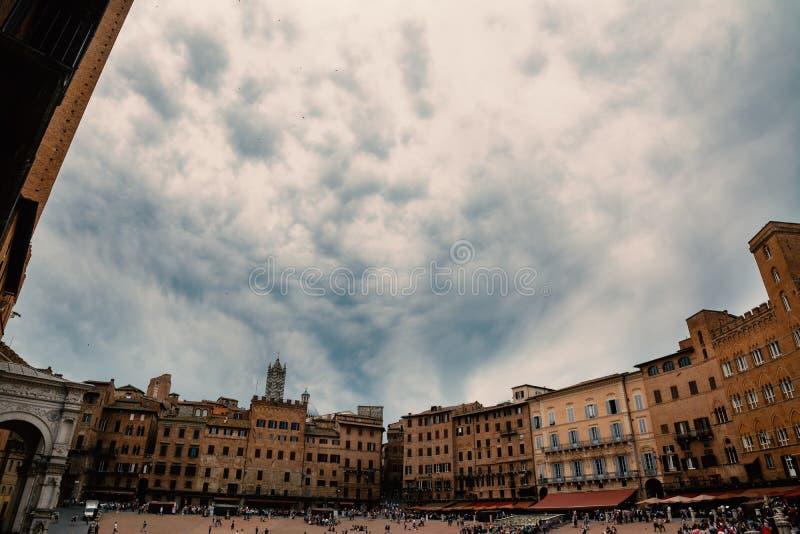 Аркада del Campo на облачном небе стоковая фотография
