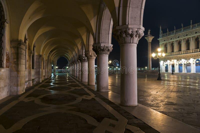 Аркада дворца дожей на ноче стоковое фото rf