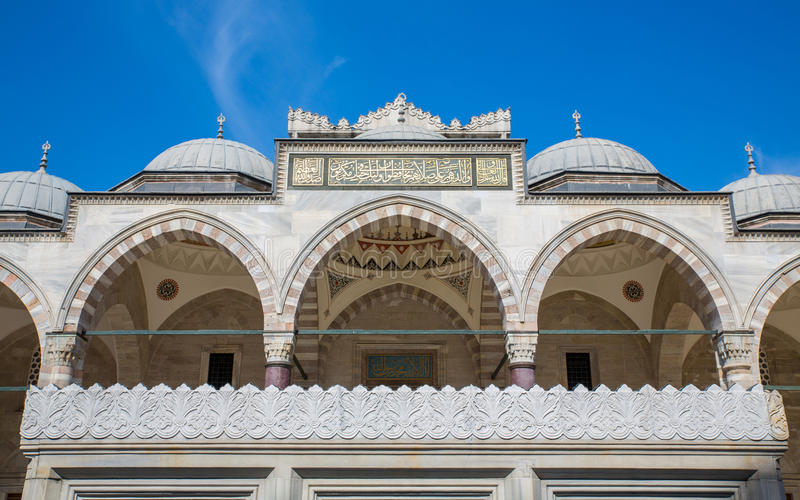 Аркада мечети Suleymaniye и голубое небо в Стамбуле стоковые изображения