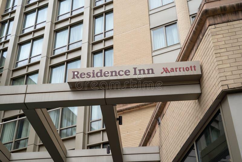 Арлингтон, Вирджиния - 9-ое мая 2019: Знак для здания суда гостиницы резиденции, вся сюита удлинил гостиницу пребывания, Marriott стоковое изображение