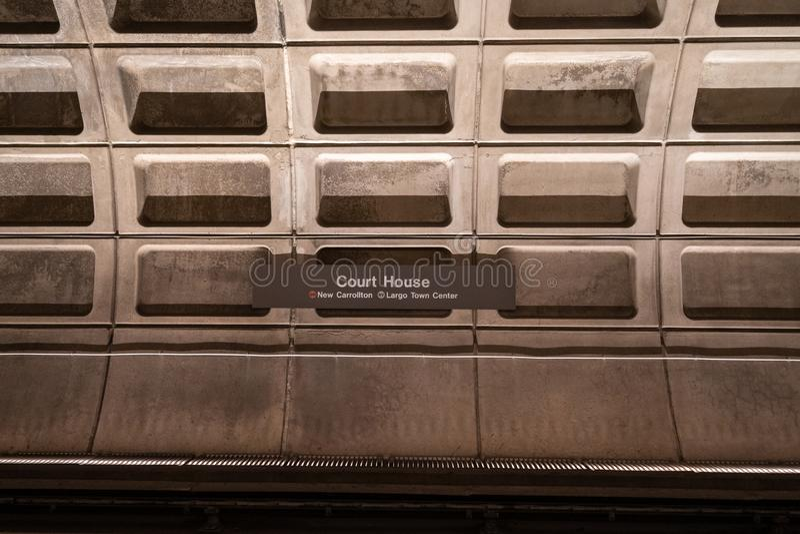 Арлингтон Вирджиния - 9-ое мая 2019: Знак для станции метро здания суда, ОН нелегально, в метро поезда метро DC Вашингтона стоковое изображение rf