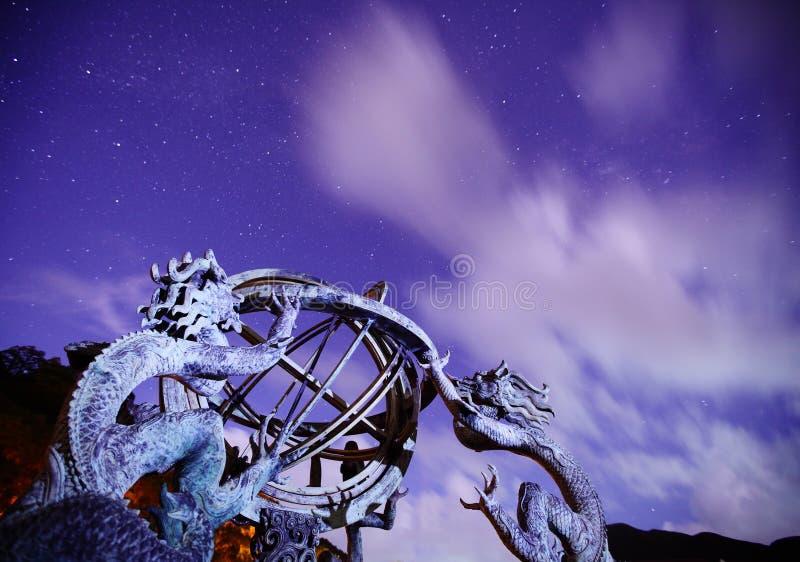 Армиллярная сфера с небом галактики стоковые изображения rf