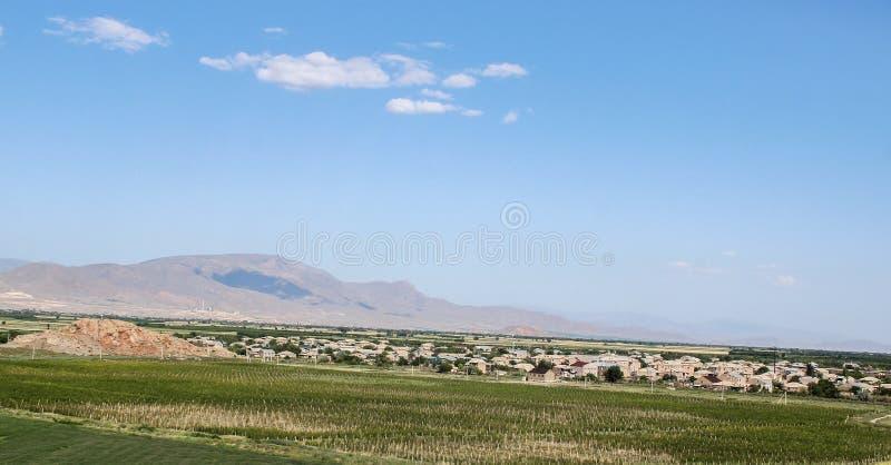 Армянские зеленые поля и горы стоковые фото