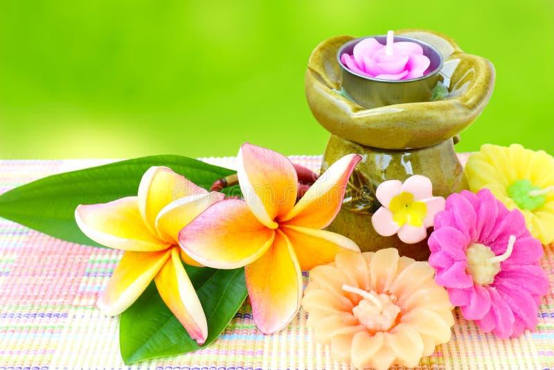 Ароматерапия, свеча и цветок курорта. Фото запаса. стоковые фото