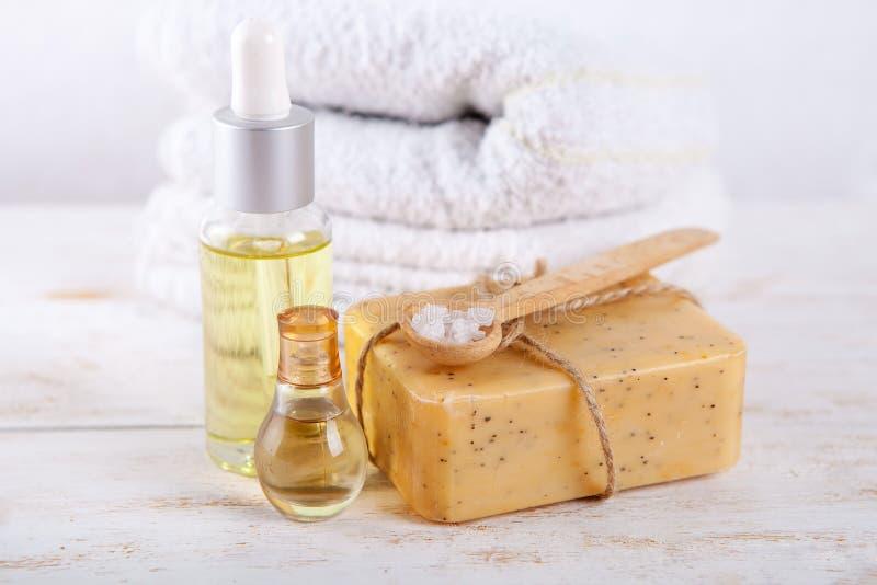 Ароматичный курорт установил с мылом и маслом соли моря естественными handmade на белой деревянной предпосылке стоковая фотография rf