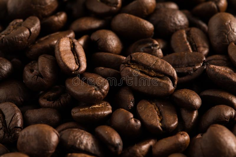 Ароматность запаха кофейных зерен хорошая выпивая в утре для бодрствования вверх стоковые фотографии rf