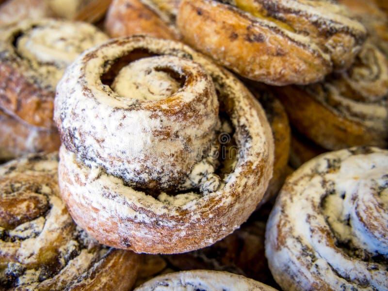 Ароматные свежие булочки взбрызнутые с напудренным сахаром стоковые изображения