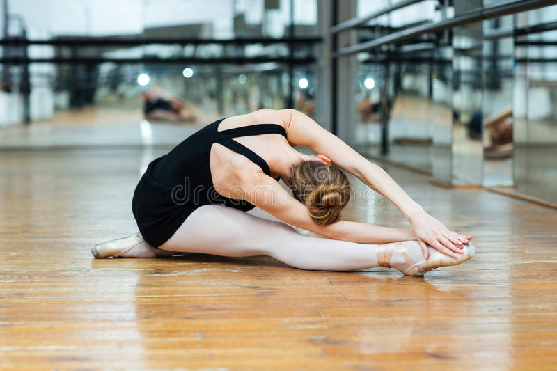 Артист балета выполняя тренировку стоковые изображения