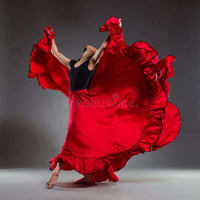 Артист балета в красном платье стоковые изображения rf