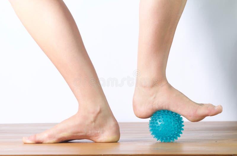 Артист балета массажируя ее ногу стоковые фото
