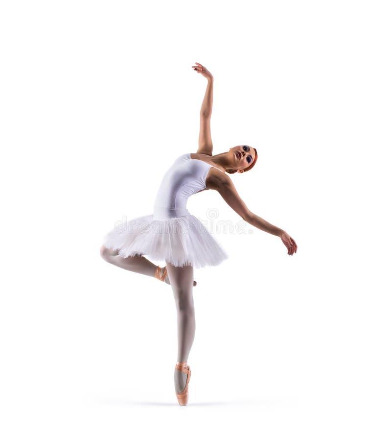 Артист балета молодого redhead женский изолированный на белизне стоковое фото rf