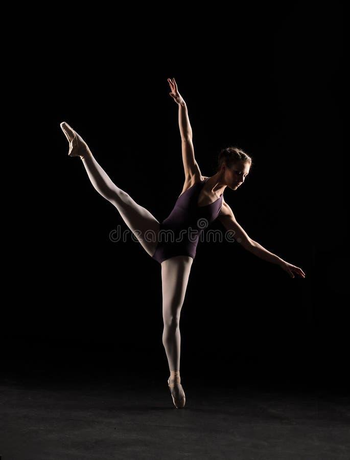 Артист балета силуэта в черном купальнике стоковое фото