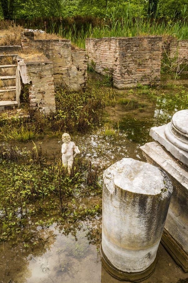 Архаическая статуя на старом месте Dion археологическом в Греции стоковая фотография