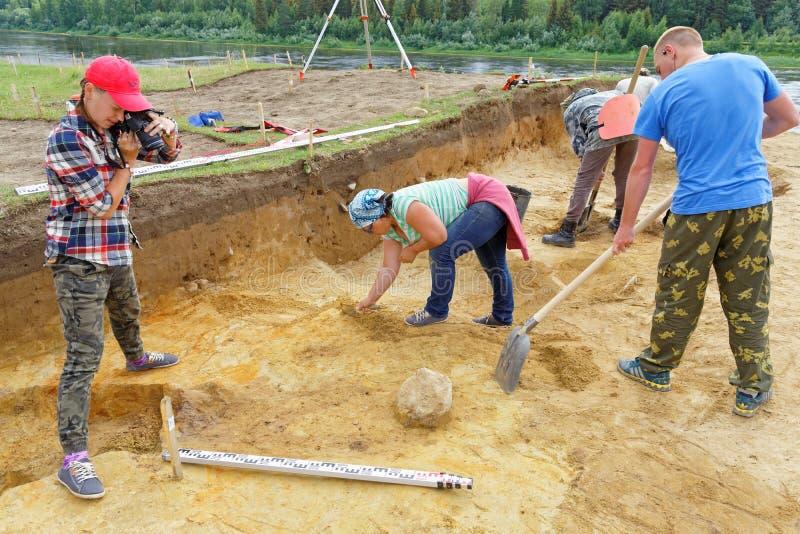 археологический парк paphos kato землероев Кипра Фотограф девушки фотографирует археологические находки и их положение стоковое изображение rf