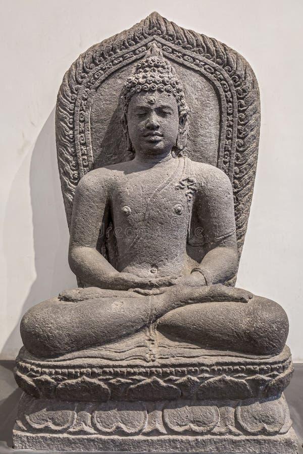 Археологическая статуя песчаника Gautam Будды в раздумье стоковое фото