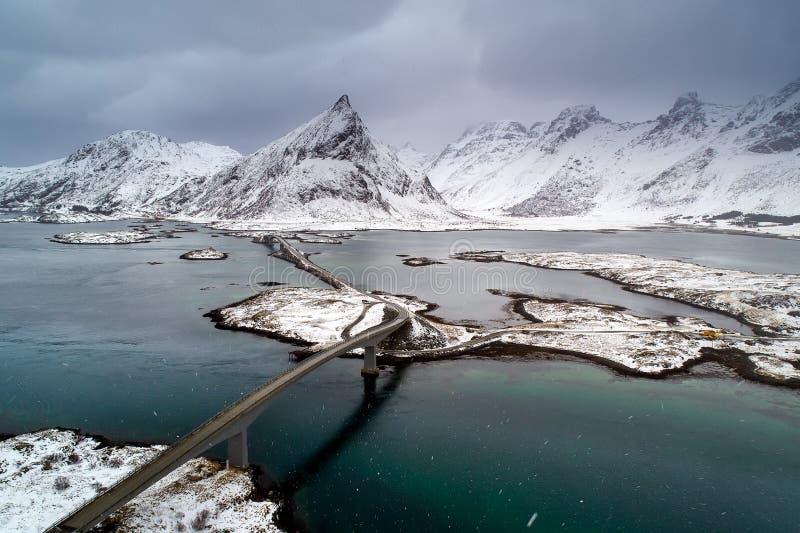 Архипелаг Lofoten в Норвегии в зимнем времени, мосте над водой стоковое фото