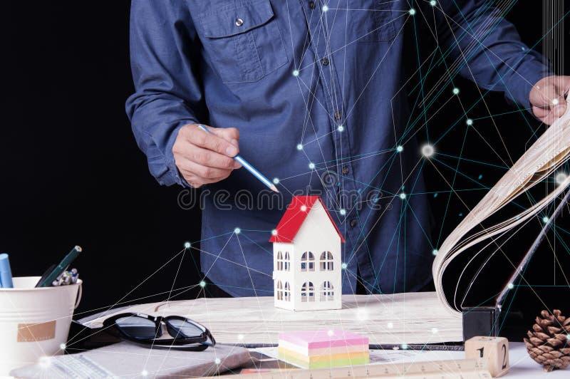 Архитекторы, инженер, дизайн интерьера выбирают материалы обоев конструируют построить здание на столе в офисе Конструкция стоковая фотография rf