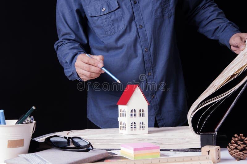 Архитекторы, инженер, дизайн интерьера выбирают материалы обоев конструируют построить здание на столе в офисе Конструкция стоковая фотография