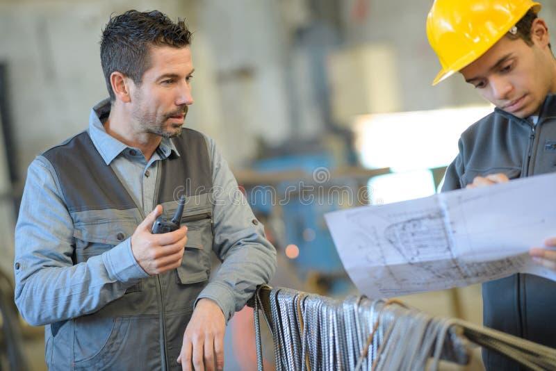 Архитекторы и инженеры проверяя theblueprints стоковое фото rf