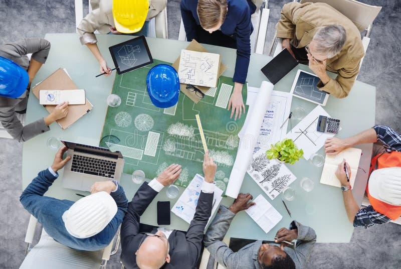 Архитекторы планируя вокруг стола переговоров стоковое изображение
